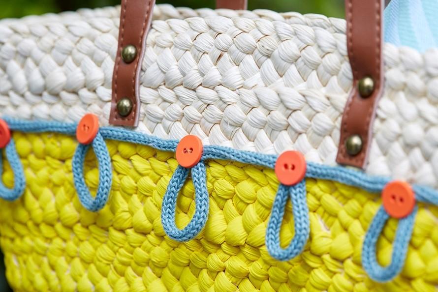 customiser un sac de plage en osier avec des boutons