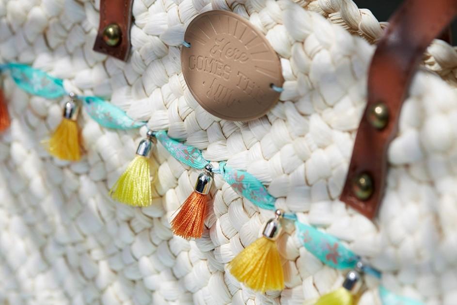 Customiser un sac de plage avec des pampilles